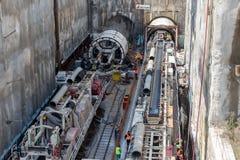 Gräva tråkiga maskiner på konstruktionsplatsen av tunnelbanan royaltyfri foto