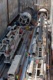 Gräva tråkiga maskiner på konstruktionsplatsen av tunnelbanan arkivfoto