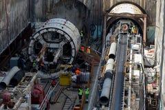 Gräva tråkiga maskiner på konstruktionsplatsen av tunnelbanan royaltyfria foton