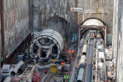 Gräva tråkiga maskiner på konstruktionsplatsen av tunnelbanan arkivfoton