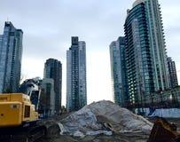 Grävare på stadskonstruktionsplatsen royaltyfri fotografi