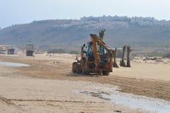 Grävare på stranden Fotografering för Bildbyråer