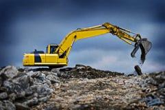 Grävaregrävskopa med lyftt bang Arkivbilder
