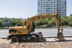 Grävskopa arbete som utvidgar vägen i Pyatigorsk, Royaltyfri Fotografi