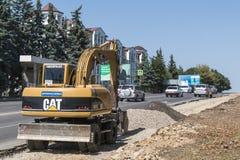 Grävskopa arbete som utvidgar vägen i Pyatigorsk, Ryssland Arkivbild
