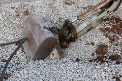 Grävskopa Digging Through Rocky Gravel arkivfoton