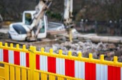 Grävskopa för staket för vägarbete i stadsgata Royaltyfria Bilder