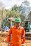 Grävskopa och arbetare Royaltyfria Foton