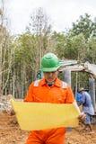 Grävskopa och arbetare Royaltyfri Foto