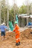 Grävskopa och arbetare Arkivfoton