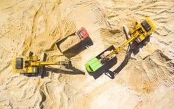 Grävskopa och lastbil i minen Arkivbild