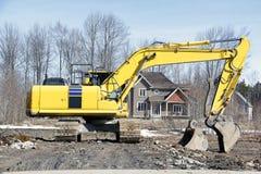 Grävskopa på konstruktionsplats i ny utveckling arkivbild