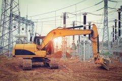 Grävskopa på konstruktionsplatsen av den elektriska avdelningskontoret av den industriella sektoren Royaltyfri Foto