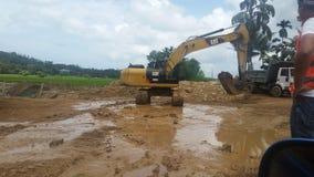 Grävskopa som arbetar på konstruktionsplats Royaltyfri Fotografi