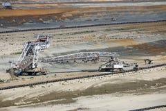 Grävskopa som gräver på kolgruva Royaltyfria Bilder