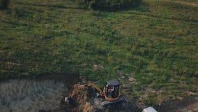 Grävskopaarbete från höjd arkivfilmer