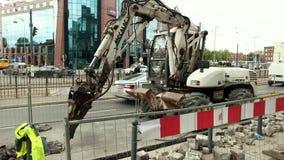 Grävskopan är bryta och förstöra cementgolvvägen arkivfilmer