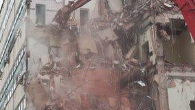 Grävskopan demolerar ett hus stock video