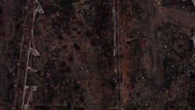 Grävskopan demolerar fabriksbyggnad arkivfilmer