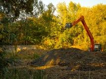 Grävskopan gräver jorden Royaltyfri Bild