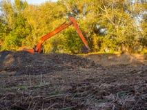Grävskopan gräver jorden Royaltyfria Foton