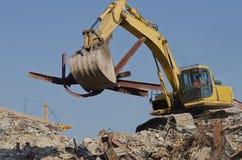 Grävskopan tar bort stålbalkar Royaltyfri Fotografi