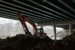 Grävskopan under bron Fotografering för Bildbyråer