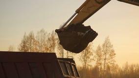 Grävskopapäfyllningssand in i en lastbil 2 stock video