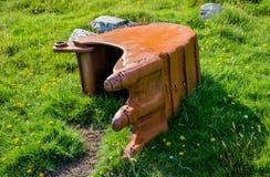 Grävskopaskyffel som är bevuxen med gräs Arkivbild