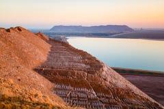 Grävskopaslinga på den sandiga kullen arkivfoton