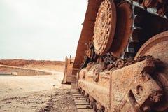 Grävskopasummor upp jordningen på en konstruktionsplats av en storstad som bygger en administrativ byggnad arkivbild
