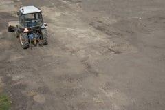 Grävskopatraktor som jämnar land Royaltyfri Fotografi