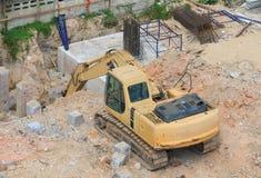Grävskopor fungerar pik ett hål i byggnationbransch på byggnadsplatsen royaltyfria foton