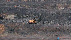 Grävskopor och tunga lastbilar i villebrådet som bryter granit TILT-SHIFT lager videofilmer
