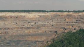 Grävskopor och tunga lastbilar i villebrådet som bryter granit TILT-SHIFT stock video