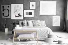 Grå bänk i elegant sovrum fotografering för bildbyråer