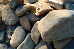 Grå bakgrund av den naturliga bergstenen, begrepp av naturliga byggnadsmaterial, closeup Fotografering för Bildbyråer