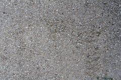 Grå betongbusevägg med stickande fram stenar för textur eller bakgrund Arkivfoton