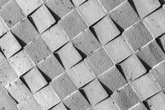 Grå betongvägg med den fyrkantiga modellen Royaltyfria Bilder