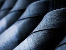 Grå bomullsdräkt för män som hänger på kuggen Arkivbild