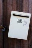 Grå brevlåda på gammal woodendoor Fotografering för Bildbyråer