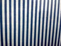 Grå cladding för stenvägg som göras av staplade remsor och fyrkantiga kvarter Bakgrund och texturerar royaltyfri fotografi