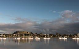 Grå färg fördunklar över monteringsgummistöveln, Auckland, Nya Zeeland Arkivfoto
