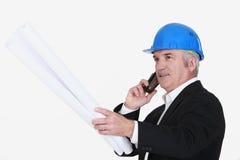 Grå färg-haired arkitekt Arkivfoto
