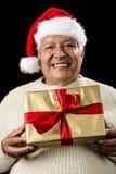 Grå färg-Haired man som erbjuder guld- slågen in gåva Arkivbild