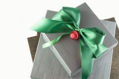 Grå färg- och bruntgåvor för jul Arkivfoto