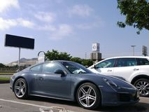 Grå färg Porsche 911 Carrera 4 som parkeras i Lima Royaltyfria Foton