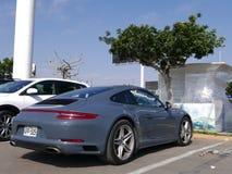Grå färg Porsche 911 Carrera 4 som parkeras i Lima Arkivbilder