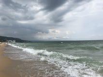 Grå färgen stormar över Black Sea Arkivfoton