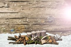 Grå färger för den 3rd adventen för garnering för glad jul undersöker brinnande suddigt snöa Arkivfoto